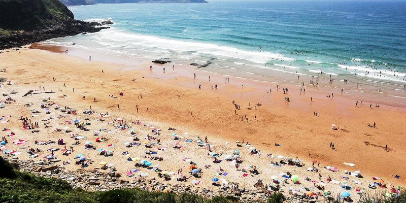 Playa Los locos con bañistas